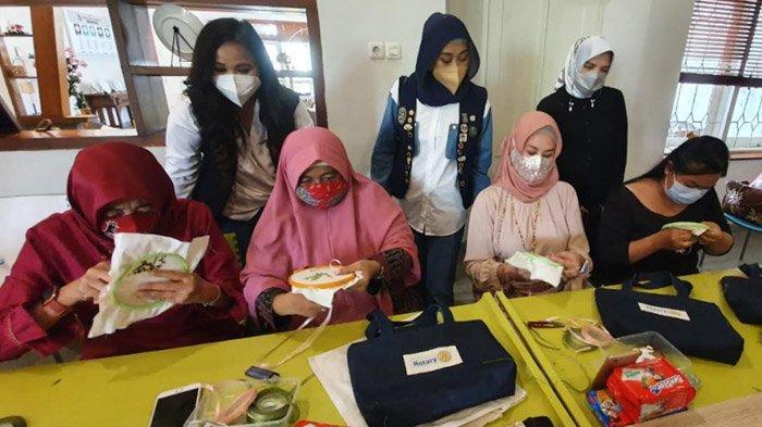 Ekonomi Tercabik Pandemi, 15 Perempuan Menyulam Asa dalam Pelatihan Bersama Rotary D3420 Area Jatim