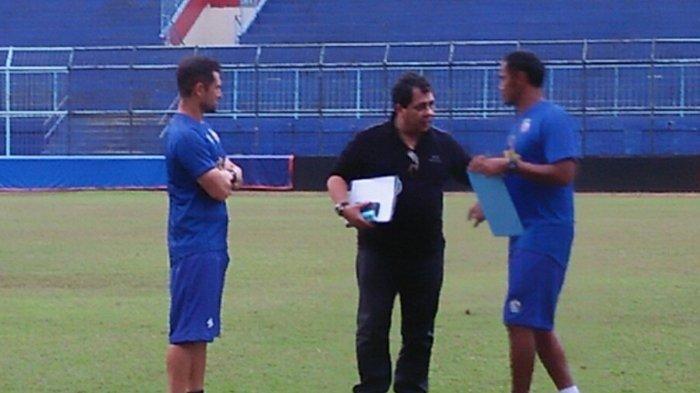 Kelanjutan Kontrak Pelatih Carlos Oliveira, Manajemen Arema FC Masih Menunggu Regulasi