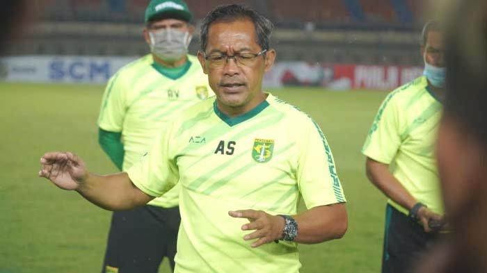 Pelatih Persebaya Surabaya Aji Santoso mengaku masih fokus di Piala Menpora dan tidak buru membahas komposisi pemain musim ini.