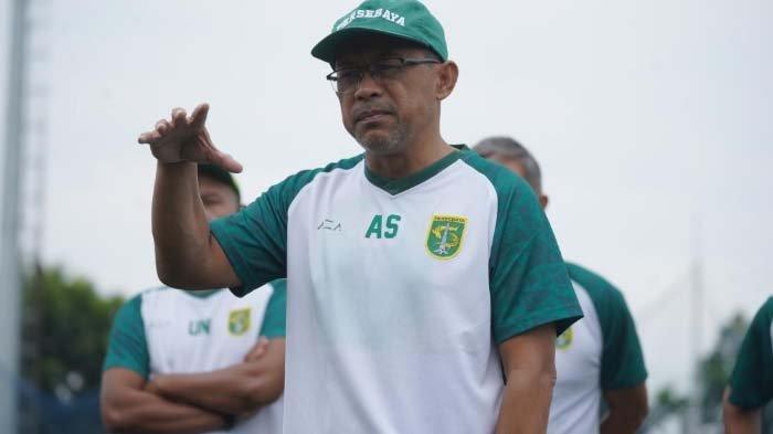 Pelatih Persebaya Surabaya Aji Santoso saat membriefing pemainnya.