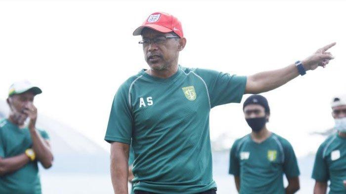 Pelatih Persebaya Surabaya Aji Santoso saat memimpin latihan tim.