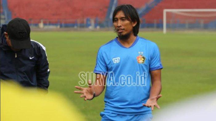 Pelatih Persik Kediri Budi Sudarsono saat menjalani latihan di Stadion Brawijaya Kediri