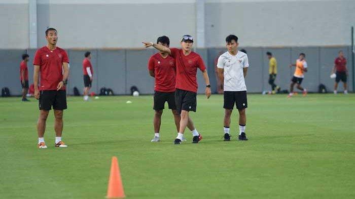 Pelatih Timnas Indoensia, Shin Tae-yong memimpin latihan tim Garuda di Dubai, Uni Emirat Arab (UEA) jelang lawan Vietnam di lanjutan Kualivikasi Piala Dunia 2022.