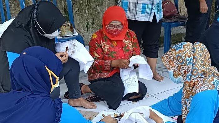 Bangkrut Akibat Pandemi Covid-19, Ibu-ibu di Kediri Dilatih Buat Batik untuk Dapatkan Penghasilan