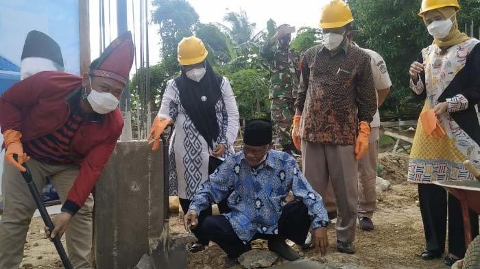 Hari Pertama Kunjungi Bawean, Gus Yani Melakukan Peletakan Batu Pertama Masjid As Shalikhien