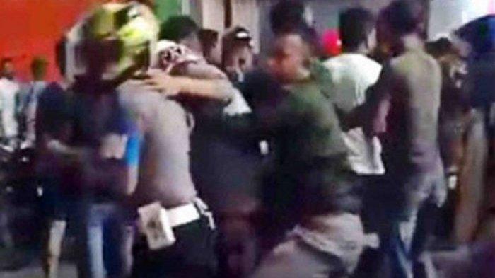 Pelukan Bharatu Marselinus dan Prada Palisoa Akhiri Bentok TNI vs Brimob di Maluku