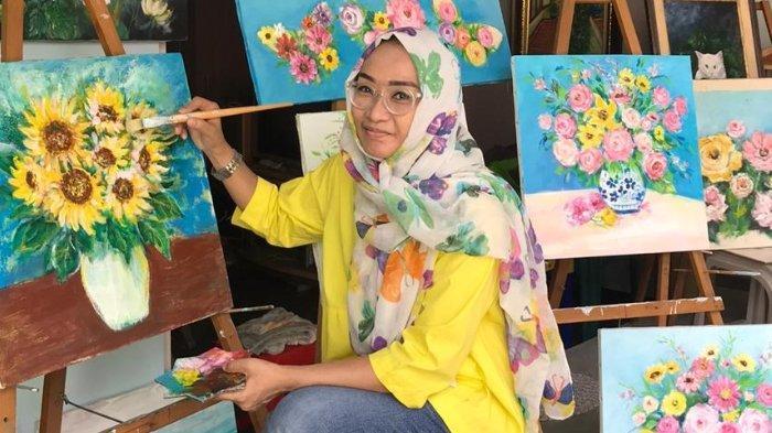 Ovy Noviardhyani Ciptakan Energi Positif Lewat Lukisan Bunga Cerah Surya
