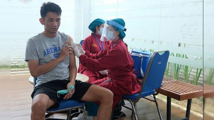 Cegah Penyakit Tifus, Pemain Arema FC Disuntik Vaksin Tifoid
