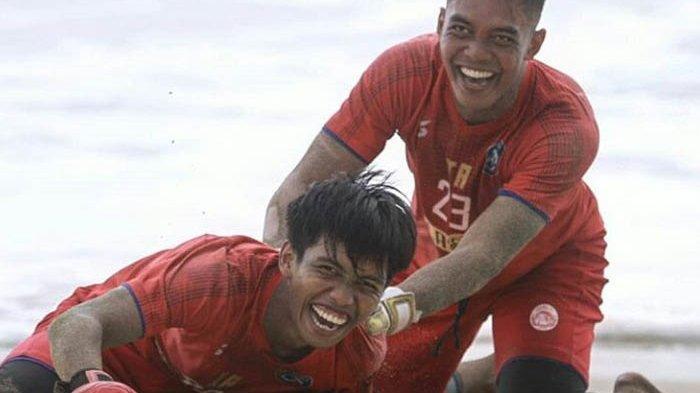 Charis Yulianto Ungkap Kondisi Fisik Pemain Arema FC Usai Latihan di Pantai Malang Selatan