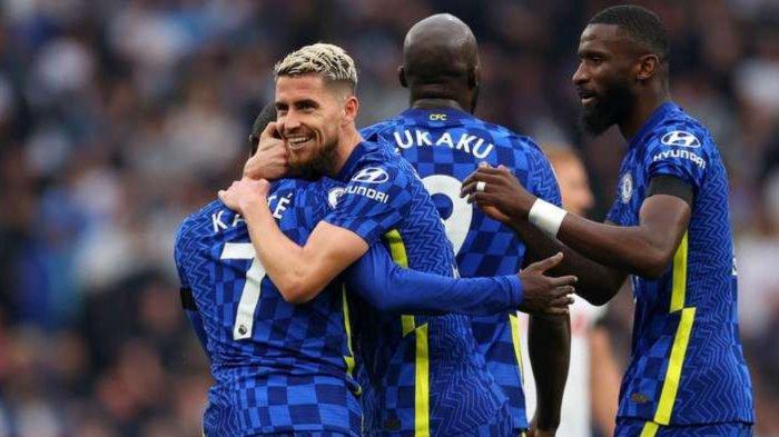 Pemain Chelsea merayakan gol Kante pada laga Tottenham vs Chelsea di Liga Inggris, Senin (20/9/2021)