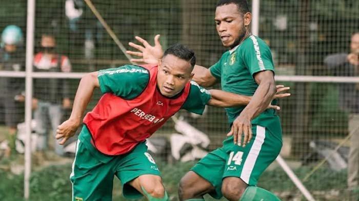 Pemain Persebaya pada latihan tim di Lapangan Sier, Surabaya, Senin (15/3/2021).