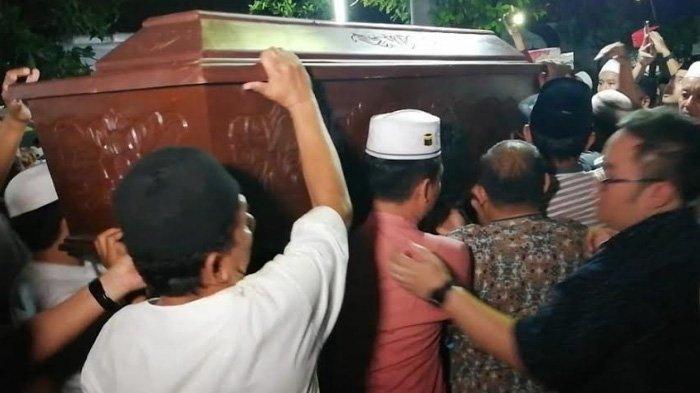Isak Tangis Mewarnai Pemakaman Korban Jatuhnya Pesawat Cessna 172 yang Berasal Dari Pasuruan
