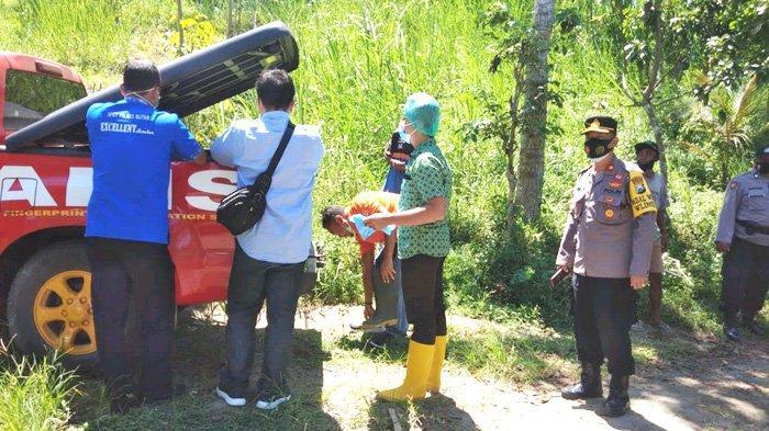 Petugas Polsek Wlingi mengevakuasi jasad perempuan tak beridentitas yang tersangkut pancing, Kamis (22/4) siang.