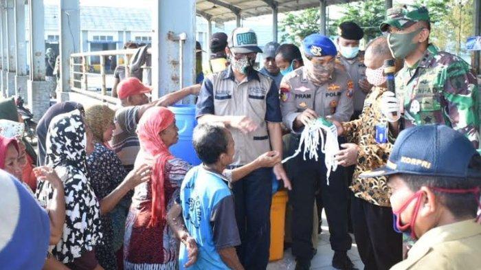 Gugus Tugas Covid-19 Tuban Bagi Masker ke Nelayan, Ingatkan Jika Sakit Biaya Mahal