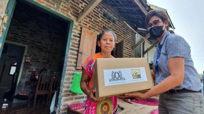 Jelang Lebaran, Dua Perusahaan di Pasuruan Ini Bagikan Ratusan Paket Sembako untuk Warga