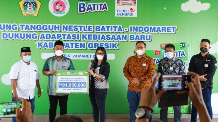 Gandeng Nestle Batita, Indomaret Gelar Kegiatan Pembagian Sembako di Gresik