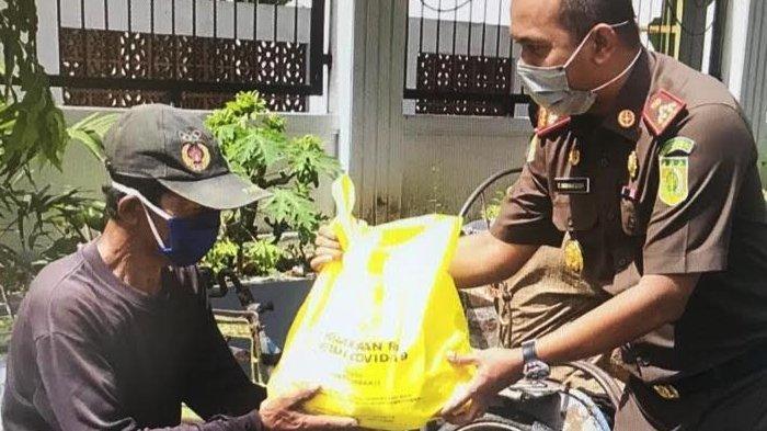 Kejari Pamekasan Bagikan Ratusan Paket Sembako untuk Tukang Becak dan Janda