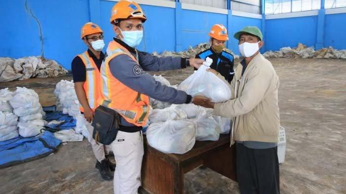 Jelang Idul Fitri, Pelindo III Bagikan 37.000 Paket Sembako kepada Masyarakat Sekitar Perusahaan