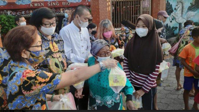 Wujud Toleransi, TITD Kwan Sing Bio Tuban Bagi Takjil kepada Warga Muslim