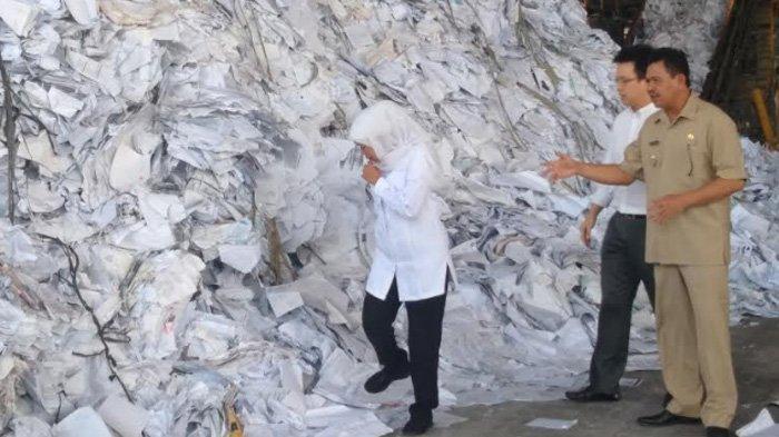 305 Kontainer Bahan Baku Kertas Tertahan, Gubernur Khofifah Sebut Industri Kertas Jatim Terancam