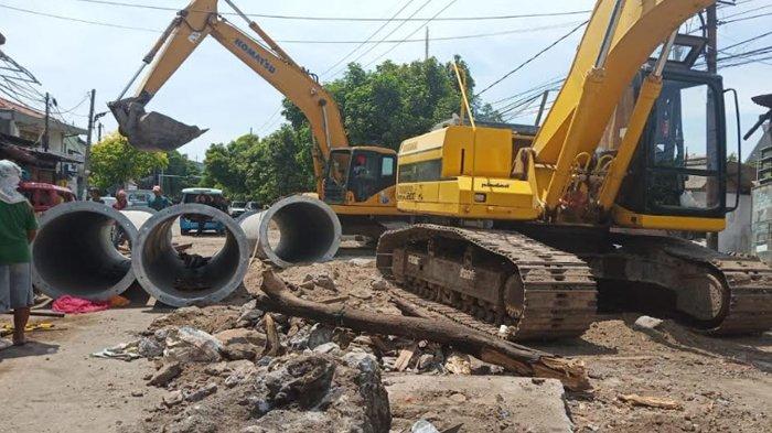 Warga dan Pengguna Jalan Keluhkan Proyek Pembuatan Pipa Saluran di Ngagel