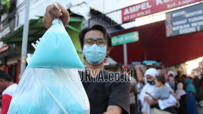 Pembeli es permen karet di Kampung Arab Surabaya.
