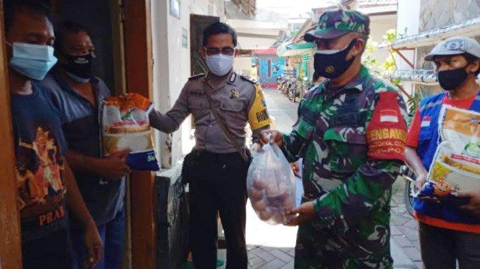 Babinsa -Bhabinkamtibmas Bagikan  Paket Sembako Plus kepada Warga Isolasi Mandiri