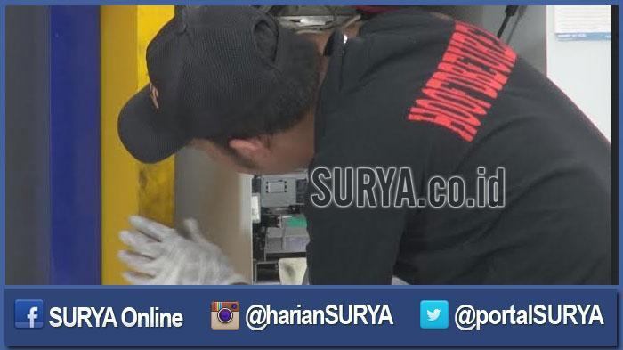 GALERI FOTO - Inilah Dampak Upaya Pembobolan ATM di Indomaret oleh 2 Pria Bertelanjang Dada - pembobolan-dua-mesin-atm-di-indomaret-jalan-kedung-cowek_20160504_190924.jpg