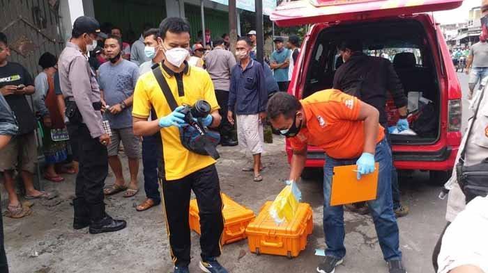 Petugas melakukan olah TKP di toko korban, tempat korban dibantai pelaku. Pembunuhan bos sembako di Kecamatan Kanigoro, Kabupaten Blitar itu mengundang masyarakat berbondong-bondong melihatnya.