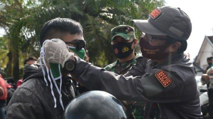 Serentak Bagikan Masker, Berantas Penularan Covid-19 di Kabupaten Jember