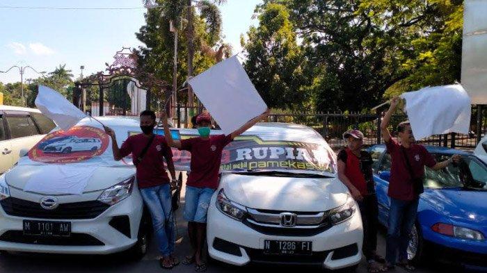 Tak Bisa Menafkahi Keluarga Akibat PPKM, Pemilik Rental Mobil Bekonvoi Sambil Kibarkan Bendera Putih