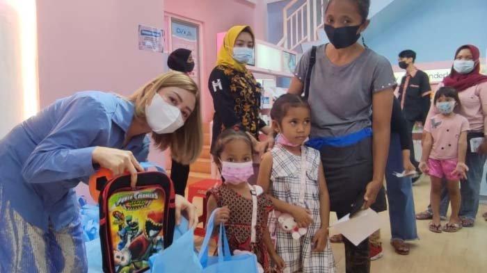 Ratusan Pelajar Terdampak Pandemi di Surabaya Dapat Tas Sekolah Gratis dari Delvation