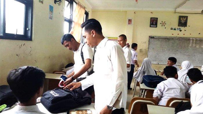 Cegah Tawuran dan Konten Negatif, Risma Perintahkan Razia HP Pelajar di Seluruh Surabaya