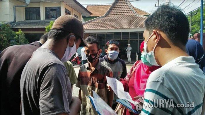 Sempat Kisruh, Warga Mojokerto Geruduk Dispendukcapil Demi Perekaman e-KTP untuk Keperluan Pilkada