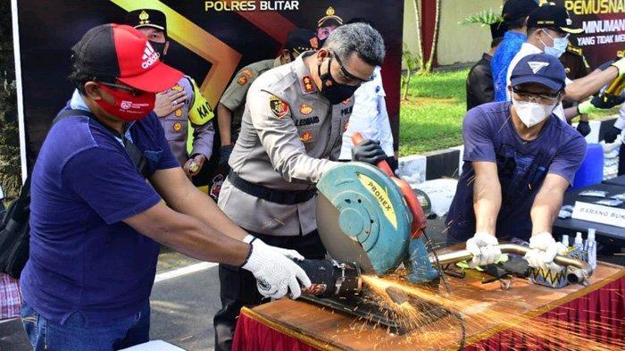 Geram Balap Liar Terjadi Terus Selama Ramadhan, Kapolres Blitar Hancurkan 44 Knalpot Brong