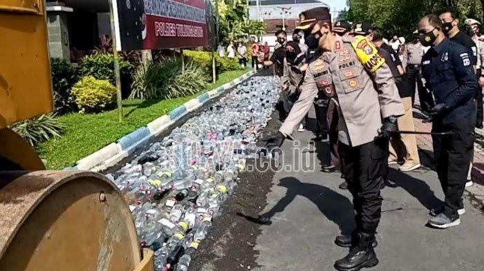Jelang Ramadhan, 2.750 Botol Minuman Beralkohol Digilas Alat Berat di Kabupaten Tulungagung