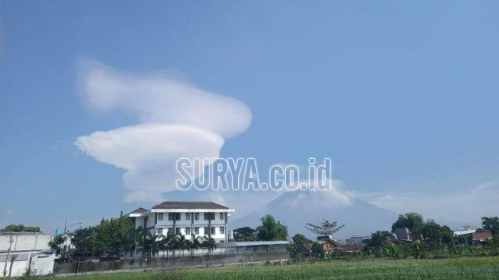 Penampakan gulungan awan yang unik di dekat Gunung Arjuno tampak dari belakang Universitas Muhammadiyah Malang (UMM), Kota Malang, Kamis (5/11/2020).