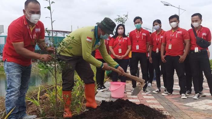 Peringati Hari Bumi, Alfamart Tanam 100 Bibit Pohon di Area Greenbelt TPA Benowo dan Sekitar GBT