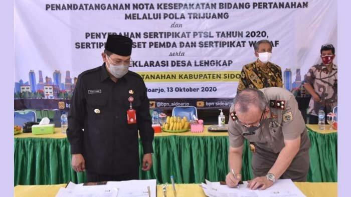 Pj Bupati Sidoarjo Serahkan 300 Sertipikat Program PTSL, termasuk 4 Sertifikat Aset Pemkab
