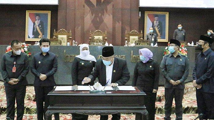 Gubernur Khofifah dan Pimpinan DPRD Jatim Tandatangani Raperda APBD Tahun Anggaran 2021