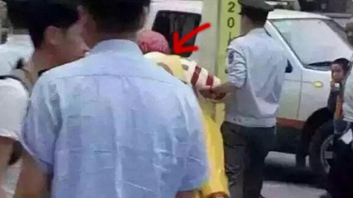 GALERI FOTO - Lihat Aksi Polisi 'Menangkap' Patung Restoran ini, Apa Penyebabnya?