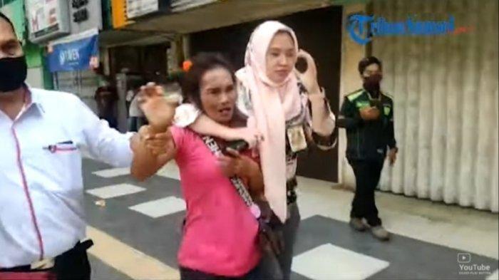 Sosok Nenek yang Pukul Bocah di Pinggir Jalan, Diduga Karena Setoran Ngemis Kurang, Videonya Viral