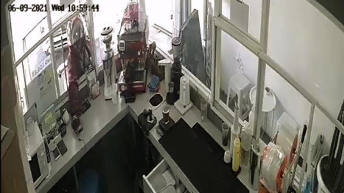 Menyaru Jadi Pembeli, Pria di Surabaya Colong Dua Handphone di Kedai Kopi, Aksinya Terekam CCTV