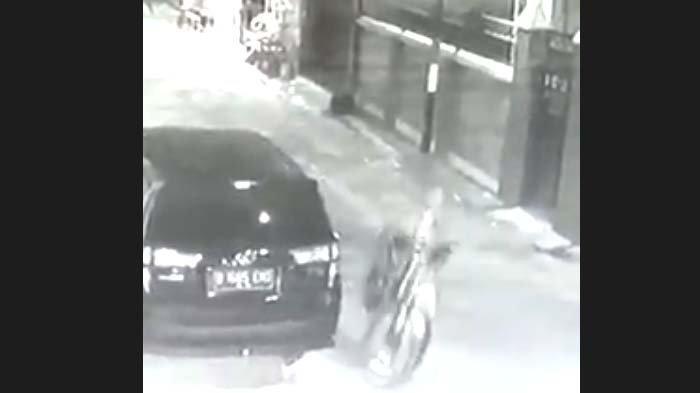 Aksi Pencurian Sepeda Gunung Gunakan Mobil MPV di Tuban Terekam CCTV