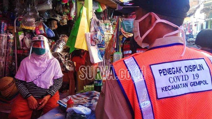 Tak Pakai Masker ke Pasar Kepulungan Kabupaten Pasuruan, Dihukum Nyanyi Garuda Pancasila