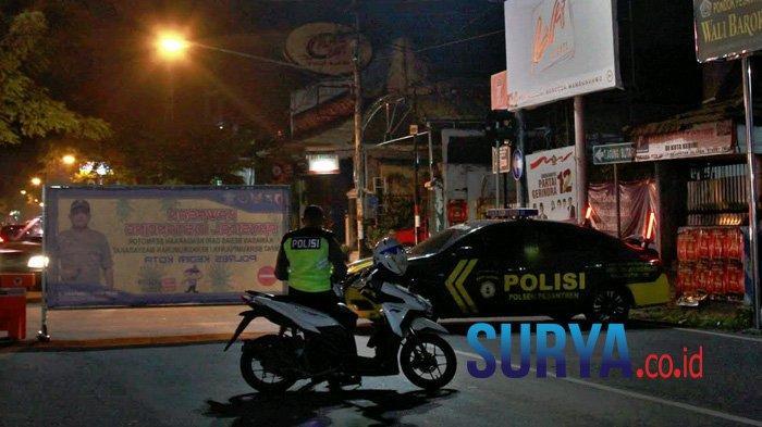 Salah satu ruas jalan yang ditutup saat Pemberlakuan Pembatasan Pelaksanaan Kegiatan Masyarakat (PPKM) untuk mencegah peularan wabah Covid-19 di Kota Kediri, Selasa (12/1/2021).