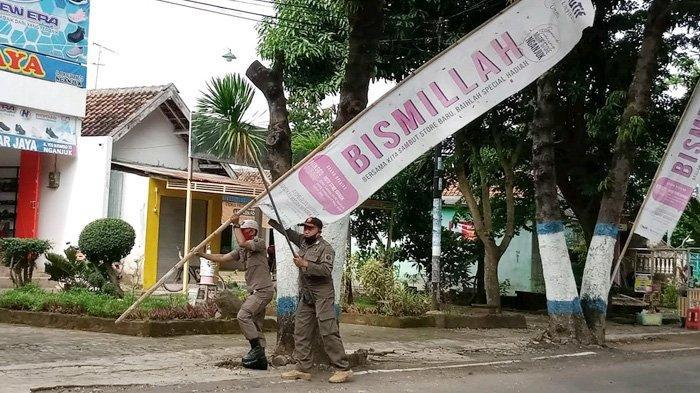 Disapu Bersih Satpol PP, Banyak Reklame Kadaluarsa Ganggu Keindahan Kota