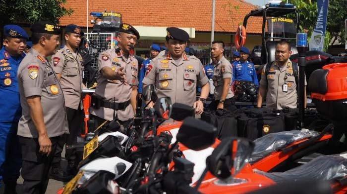 Wakapolri Komjen Pol Gatot Eddy Pramono bersama sejumlah pejabat Polri saat mengecek kesiapan anggota dan sejumlah perlengkapan di sela Rakernis Baharkam 2020 di Pusdik Sabhara Porong, Sidoarjo, Selasa (10/3/2020).