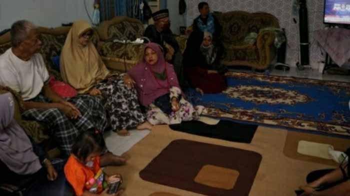 Orangtua dan keluarga menunggu kabar dari Putri Wahyuni dan menantunya yang mengalami insiden pesawat Sriwijaya Air SJ 182 jatuh di Kepulauan Seribu, Jakarta, Sabtu (9/1/2021).