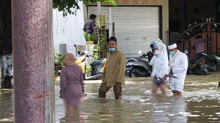Detik-detik Pasangan Pengantin Jalan Kaki Terjang Banjir Menuju KUA di Benjeng Kabupaten Gresik